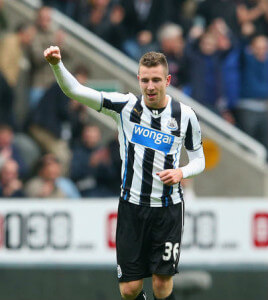 paul dummett arm raised