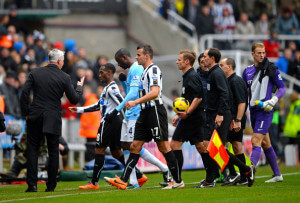 alan pardew confronts referee