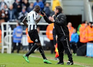 papiss cisse congratulated by John carver