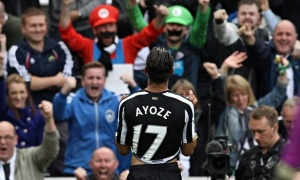 Ayoze Perez and crowd-010