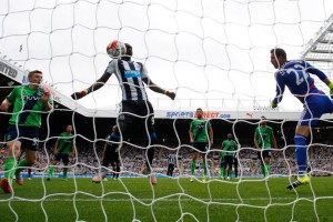 papiss cisse heads the ball home