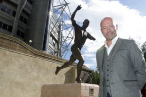 alan-shearer-in-fornt-of-statue