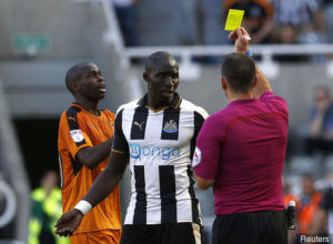mohamed-diame-receives_a_yellow_card_from_tim__316731